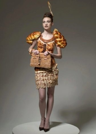 Платье из хлебных булочек
