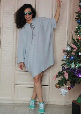 Платье-мешок с кроссовками