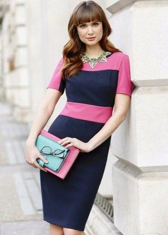 Двухцветное сине-розовое платье-футляр на корпоратив