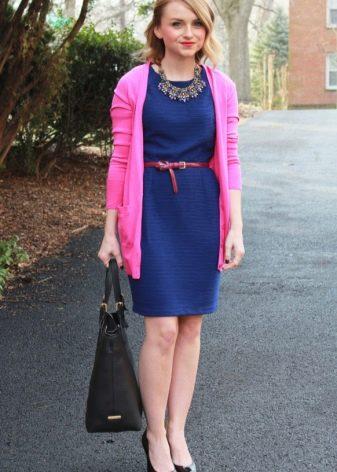 Синее платье с контрастным ремнем на корпоратив