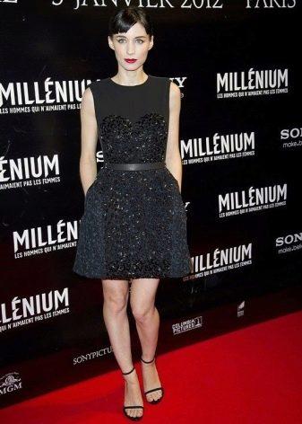 Черное короткое платье с юбкой колокол