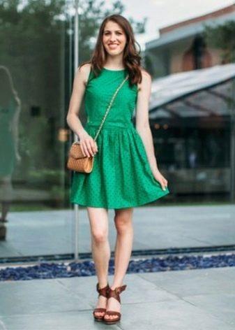 Зеленое приталенное платье-сарафан для стройных девушек