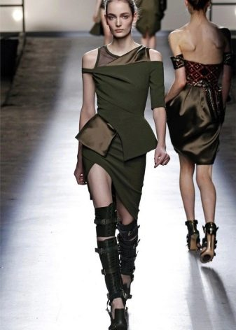 Асимметричное платье в стиле милитари с высокими ботинками на ремнях