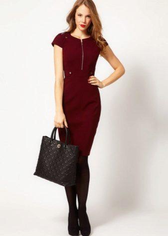 Бордовое платье в стиле милитари средней длины
