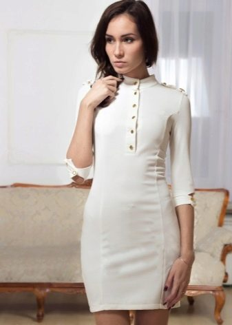 Белое платье в стиле милитари