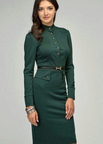 Зеленое платье в стиле милитари средней длины