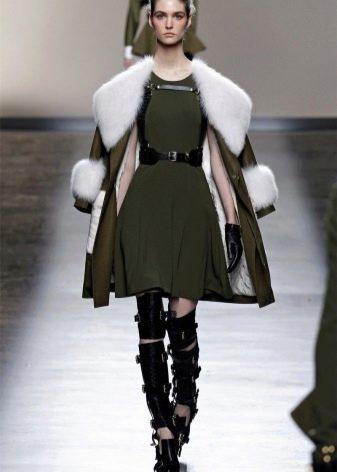 Пальто с меховой опушкой и манжетами к платью в стиле милитари