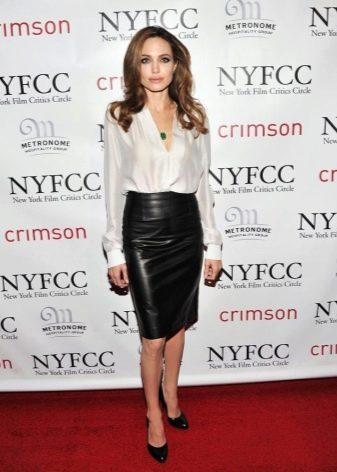 Анджелина Джоли в кожаной черной юбке карандаш и блузке