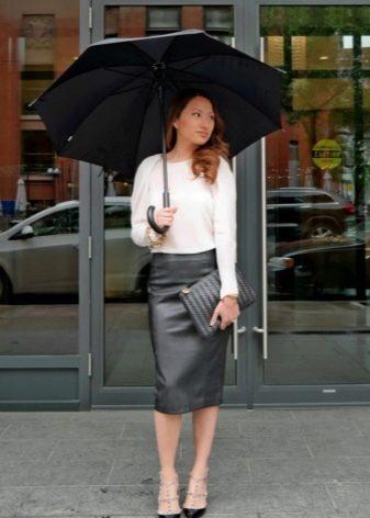 Кожаная черная юбка карандаш и блузке с босоножками