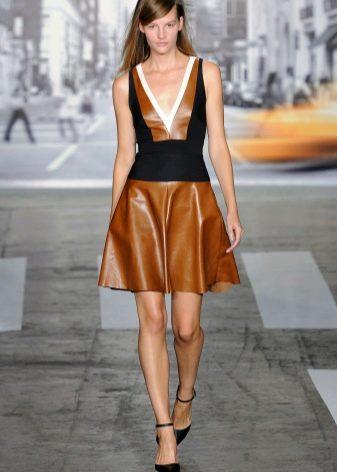 Обувь к коричневому пышному кожаному платью