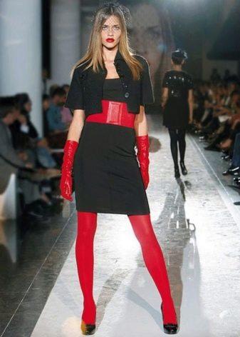 Красные аксессуары к черному платью-футляру