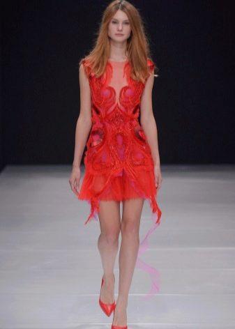 Туфли к красному платью-футляру