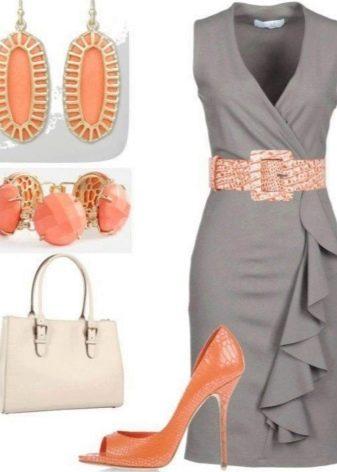 Персиковые аксессуары к серому платью