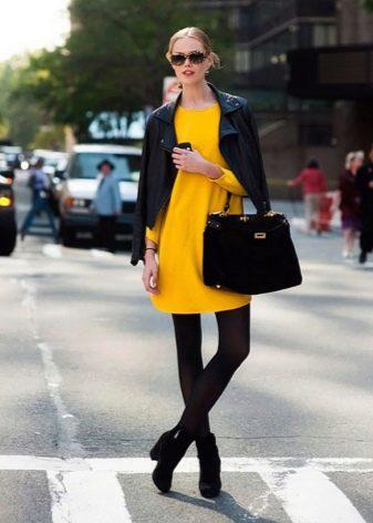 Черные колготы к желтому платью
