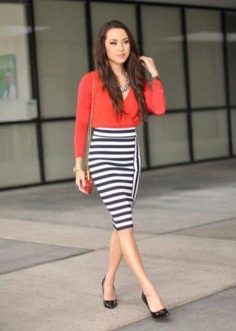 Трикотажная полосатая юбка карандаш с туфлями