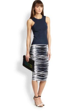 Трикотажная юбка черно-белая карандаш с туфлями
