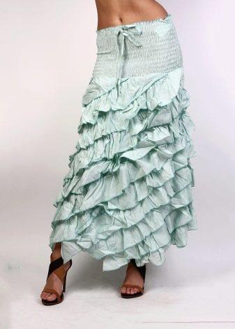 длинная юбка со множеством воланов