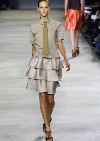 многослойная юбка с воланами в деловом образе