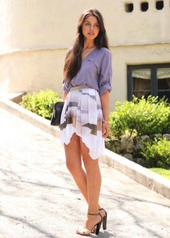 Асимметричная юбка и босоножки на каблуке