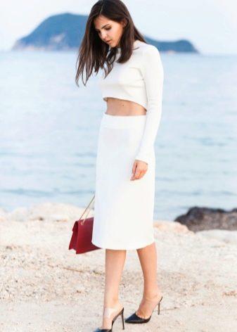белая юбка-карандаш  с коротким свитером