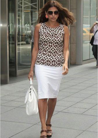 белая юбка-карандаш и топ с орнаментом