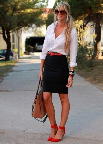 Черная юбка карандаш в сочетание с белой рубашкой и красными туфлями