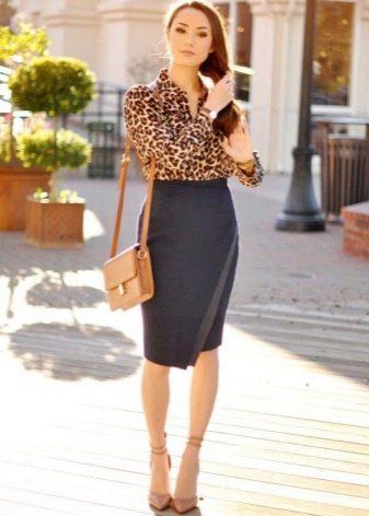 Черная юбка карандаш с блузкой с животным принтом