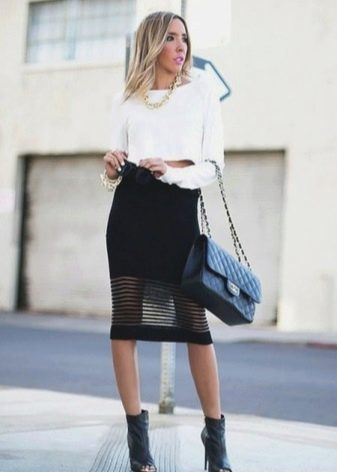 Черная юбка карандаш с перфорацией до середины бедра для обладательниц красивых ног