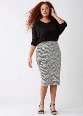 Длинная юбка карандаш с вертикальным принтом для полных женщин