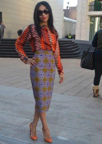 Длинная юбка карандаш с этническим принтом в сочетание с яркой блузкой