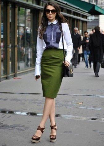 Длинная юбка карандаш в сочетание с босоножками на танкетке