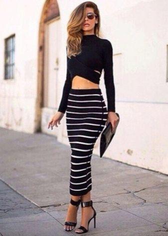 Длинная юбка карандаш в сочетание с кроп-топом с длинными рукавами