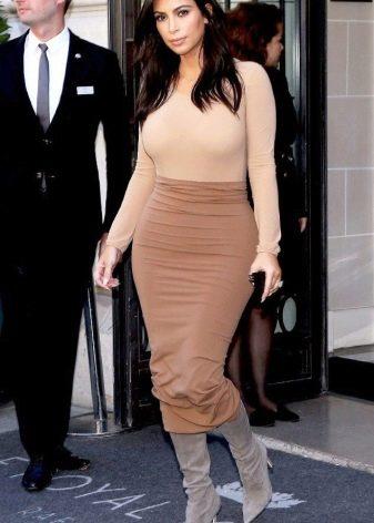 Длинная юбка карандаш в сочетание с водолазкой-боди