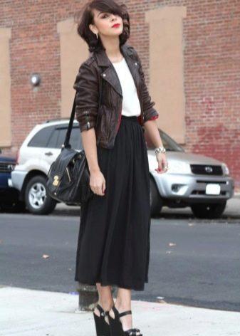 Длинная юбка полусолнцев сочетании с кожаной курткой