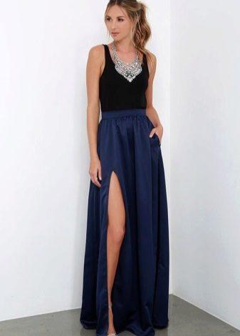 Длинная темно-синяя юбка полусолнце с черной майкой