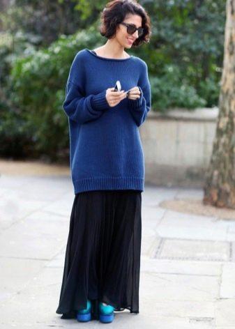 черная длинная юбка со свободным свитером