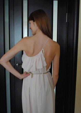 Вид сзади летнего вечернего платья