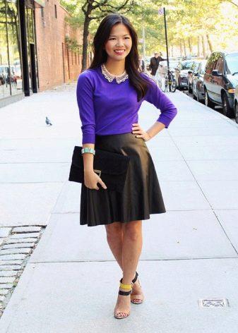 Черная коническая юбка в сочетание с фиолетовой блузой