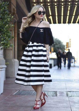 Коническая полосатая юбка с однотонной кофточкой