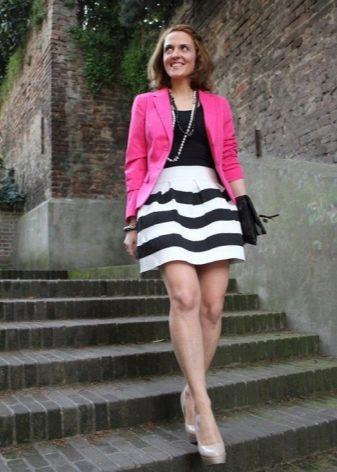Коническая полосатая юбка с ярким жакетом цвета фуксия