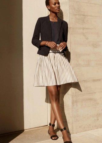 Светлая коническая юбка в сочетание с темным жакетом