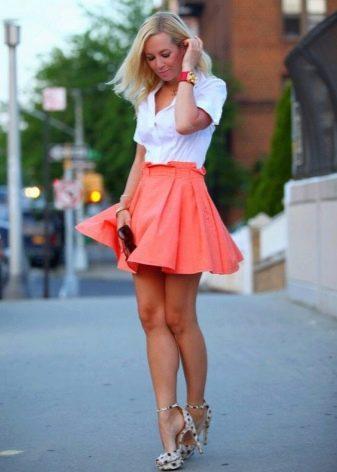 Короткая пышная юбка кораллового цвета в складку