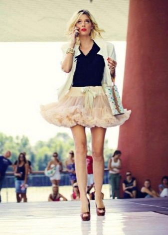 Короткая пышная юбка американка бежевого цвета