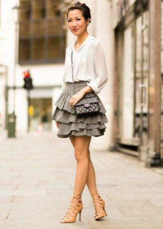Короткая пышная серая юбка с белой блузкой