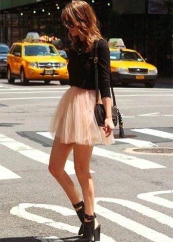 Короткая пышная юбка в сочетании с джемпером