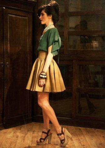 Короткая пышная юбка в складку в сочетании с пышной блузой