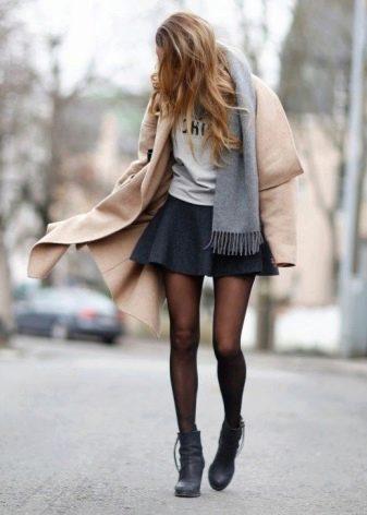 Короткая пышная юбка в сочетании с пальто и ботинками