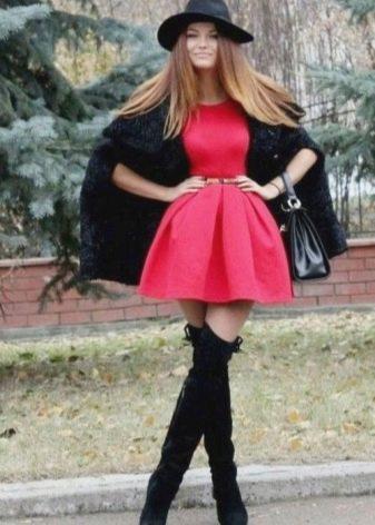 Короткая пышная юбка в сочетании с ботфортами