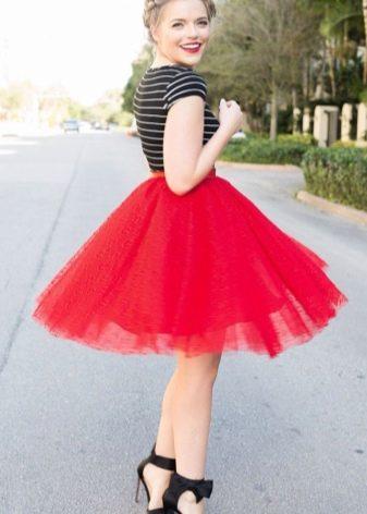 Короткая пышная юбка красного цвета