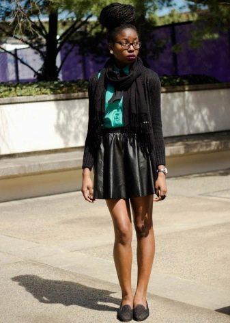 Кожаная юбка солнце в сочетании туфлями на низком каблуке